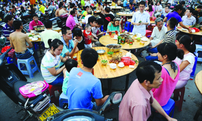 Local residents gather at a riverside road in Yulin to eat dog meat on June 21. Photo: Li Hao for the Global Times